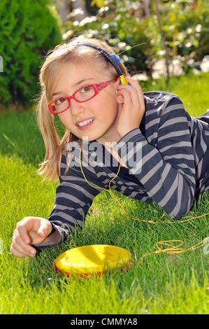 Ragazza ascoltando musica nel parco