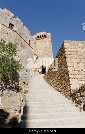 Rodi. La Grecia. Vista la ripida scalinata che conduce all'ingresso del Castello dei Cavalieri di San Giovanni sul Foto Stock