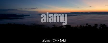La nebbia e basse nubi che pende sulla pianura della foresta pluviale Dipterocarp prese momenti prima del sorgere del sole. Danum Valley, Sabah Borneo