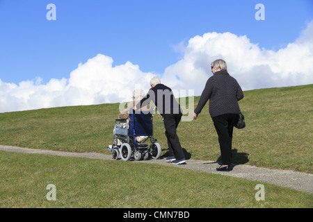 Le persone anziane a fare una passeggiata in campagna, Beachy Head, il South Downs National Park vicino a Eastbourne, Foto Stock