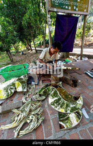 Lavoratore di metallo facendo ornamenti per la Swedagon Pagoda di Yangon Myanmar Foto Stock
