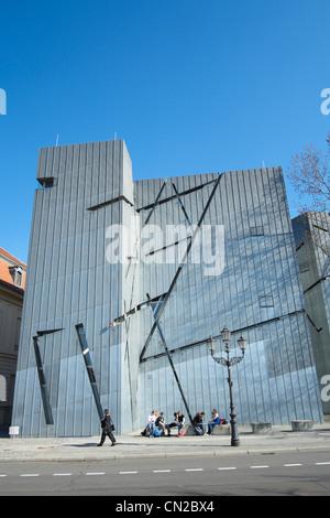 Il Museo Ebraico di Berlino Germania progettato da Daniel Libeskind Foto Stock