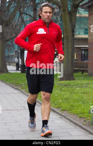 Giovanni Vescovo corre da Dover a Londra per il rilievo di sport Foto Stock