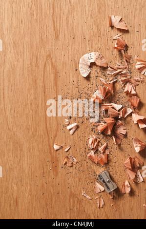 Temperino e trucioli di matita su sfondo di legno Foto Stock