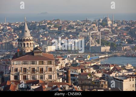 Turchia, Istanbul, Torre Galata in primo piano e sullo stretto del corno dorato con il quartiere di Sultanahmet Foto Stock