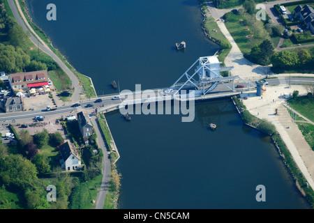 Francia, Calvados, Pont de Benouville o ponte Pegasus, ponte levatoio che attraversano il Canal de Caen al mare, Foto Stock