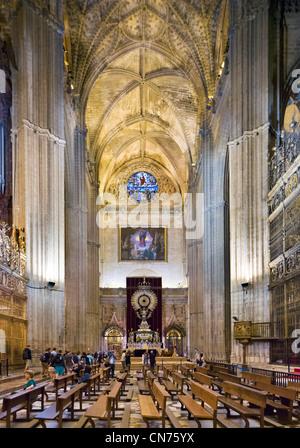 Cattedrale di Siviglia. Interior guardando verso la cappella di San Giacomo Apostolo, Sevilla, Andalusia, Spagna Foto Stock