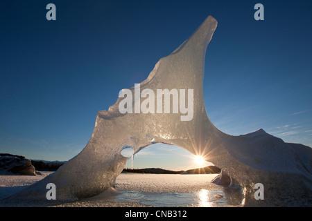 Vista delle formazioni di iceberg congelati in Mendenhall Lago con sun spiata attraverso, Tongass National Forest, Foto Stock