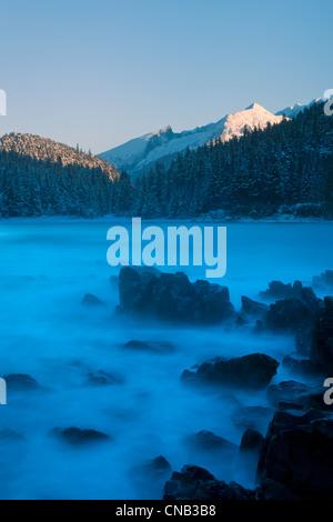 Centrali eoliche onde invernali pound il litorale del Lynn Canal, montagne litoranee, all'interno del passaggio, a sud-est di Alaska, inverno Foto Stock
