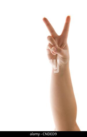 Una mano che regge il segno di pace o numero due con due dita isolato su bianco. Foto Stock
