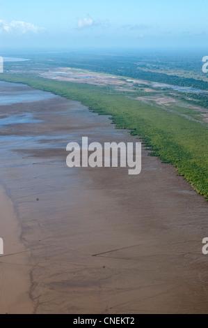 La foresta di mangrovie e fango appartamenti lungo la costa della regione di Pwani, vista aerea, Tanzania Foto Stock