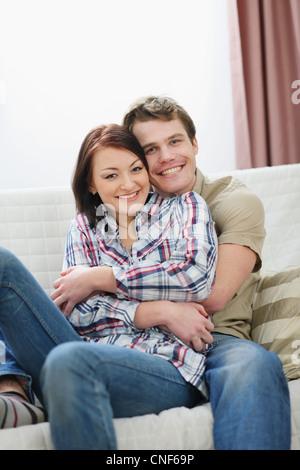 Felice coppia giovane godendo di trascorrere del tempo insieme Foto Stock