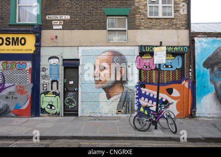 Coperto di graffiti edifici Bacon Street, Off Brick Lane, East London, Regno Unito Foto Stock