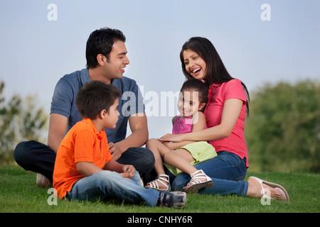 Famiglia avente il divertimento in un parco Foto Stock