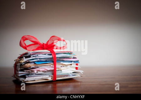 Pila di lettere legati insieme con nastro Foto Stock