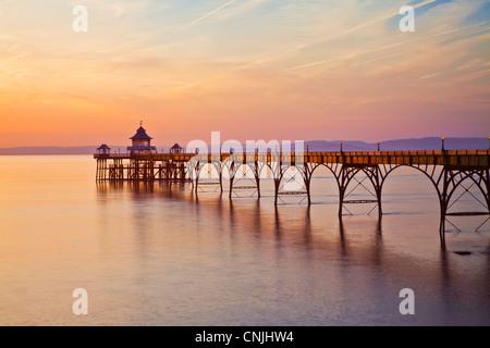 Luce della Sera cade sul molo di Clevedon, Somerset, Inghilterra, Regno Unito Foto Stock