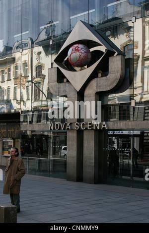 Un uomo in piedi di fronte all'entrata della nazionale di teatro moderno 'Nová Scéna' in Nové Město, Praga, Repubblica Foto Stock