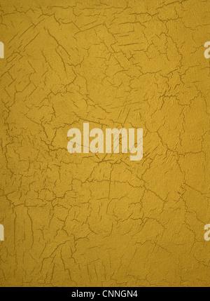 La texture di un muro di cemento ricoperta di vernice in oro, con corse. Foto Stock