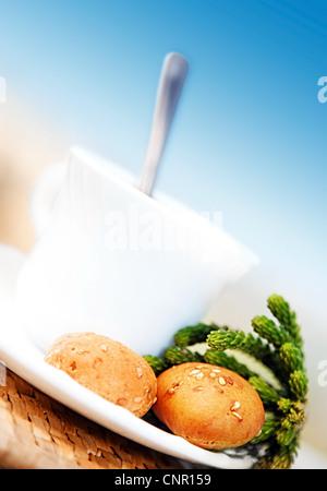 Bevanda al mattino, un tè o un caffè con il francese crouton oltre il blu cielo chiaro Foto Stock
