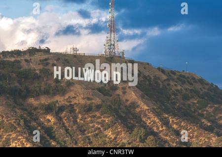Il segno di Hollywood sotto la tempesta oscura pioggia nuvole. Nelle Colline di Hollywood e Los Angeles, California Foto Stock