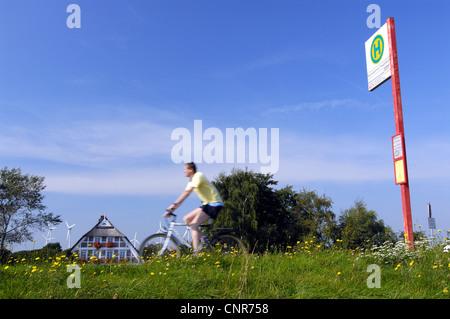 Fermata bus nel paesaggio, Germania, Amburgo Foto Stock