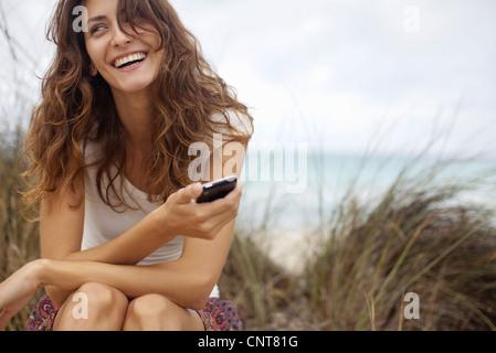 Felice giovane donna con un telefono cellulare