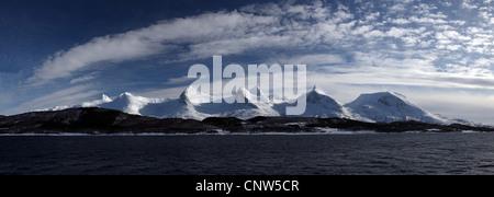 """La gamma della montagna """"sette sorelle"""" con il picco più alto la misura 1072 m, Norvegia, Nordland"""