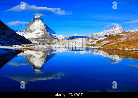 Matterhorn refelcting nel lago Riffel, Riffelsee, Svizzera Vallese Foto Stock