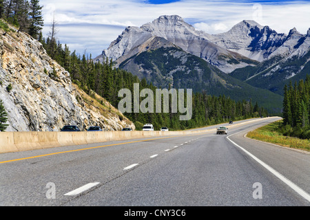 La strada attraverso le Montagne Rocciose, Canada, Alberta, il Parco Nazionale di Banff Foto Stock