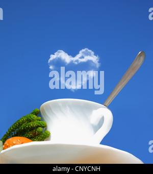 Bevanda al mattino, un tè o un caffè oltre il cielo blu, Immagine concettuale di amanti del caffè Foto Stock