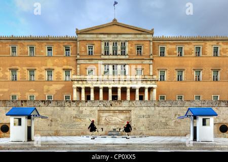 Il tradizionale 'Cambio della guardia' Cerimonia di fronte al parlamento greco edificio a piazza Syntagma Foto Stock