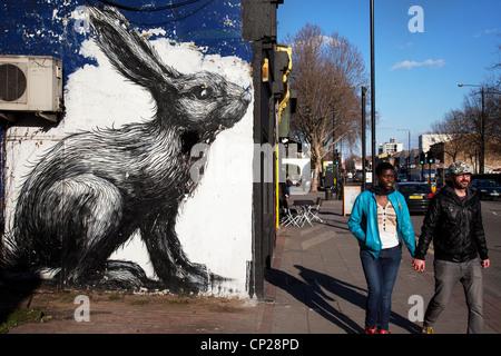 Arte di strada nella zona est di Londra. Roa è un belga artista di strada rinomata per il suo gigantesco in bianco Foto Stock