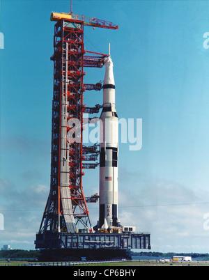 11 Apollo Saturn V rocket dal gruppo del veicolo edificio al launch pad. Foto Stock