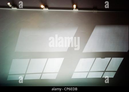 Riflessi e ombre e modelli di vetro colato sul soffitto a volta di un ufficio a casa.