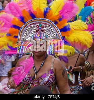 """Colorato costume indossato da un partecipante della street parade presso l annuale St Pauls """"Afrikan-Caribbean Carnevale"""" Foto Stock"""