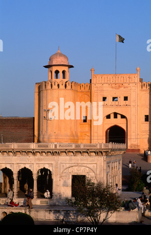 Il Pakistan Punjab, Lahore, Fort, Alamgiri Gate, Hazuri Bagh Baradari pavilion, Foto Stock