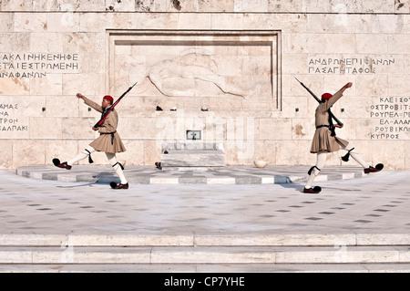 Atene, Grecia cambio di guardia davanti alla tomba del Milite Ignoto, il parlamento greco Foto Stock