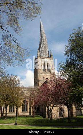 Santa Maria e tutti i Santi Chiesa Parrocchiale a Chesterfield noto come la guglia storta Foto Stock