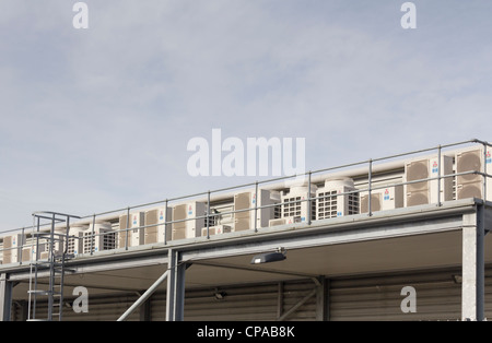 Una fila di Mitsubishi le unità aria condizionata su un lato esterno piano mezzanino al livello di un edificio industriale. Foto Stock