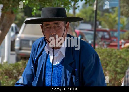 Un uomo vestito in abiti colorati emerge da un  Tardis  a un il ... 165b09b81b0
