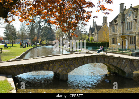 Il villaggio di Bourton-on-the-acqua, Gloucestershire, Inghilterra. Fiume Windrush. Foto Stock