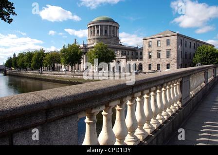 Quattro campi da tennis e il fiume Liffey, Dublino Repubblica di Irlanda, Europa