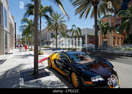 Auto di lusso parcheggiato su di Rodeo Drive e Beverly Hills, Los Angeles, California, Stati Uniti d'America, America del Nord