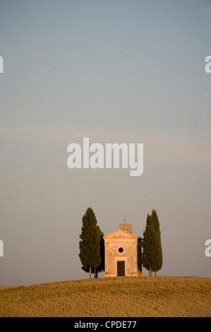 La Cappella Vitaleta e cipressi in Val d'Orcia, Sito Patrimonio Mondiale dell'UNESCO, Toscana, Italia, Europa Foto Stock