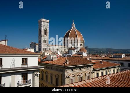 Una vista sui tetti di teracotta del Duomo e del Campanile, Firenze, Sito Patrimonio Mondiale dell'UNESCO, Toscana, Foto Stock