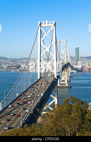 Oakland Bay Bridge e dello skyline della città di San Francisco, California, Stati Uniti d'America, America del Nord Foto Stock