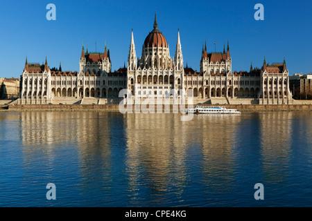 Il Parlamento (Orszaghaz) sul Fiume Danubio al tramonto, Sito Patrimonio Mondiale dell'UNESCO, Budapest, Ungheria, Foto Stock
