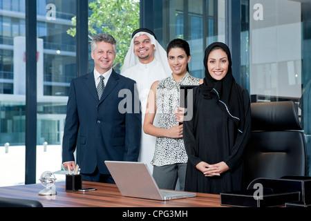 Ritratto di gente di affari in piedi in ufficio, sorridente. Foto Stock