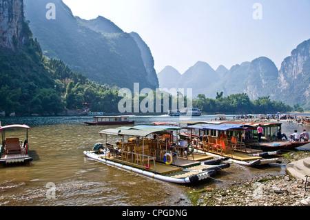 Il fiume Li tra Guilin e Yangshuo, provincia di Guangxi - Cina Foto Stock
