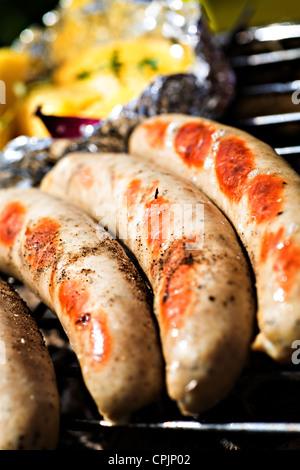 Close up chiusa di salsicce alla griglia Foto Stock